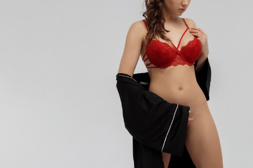 赤いブラを身に着けた下半身裸の女性
